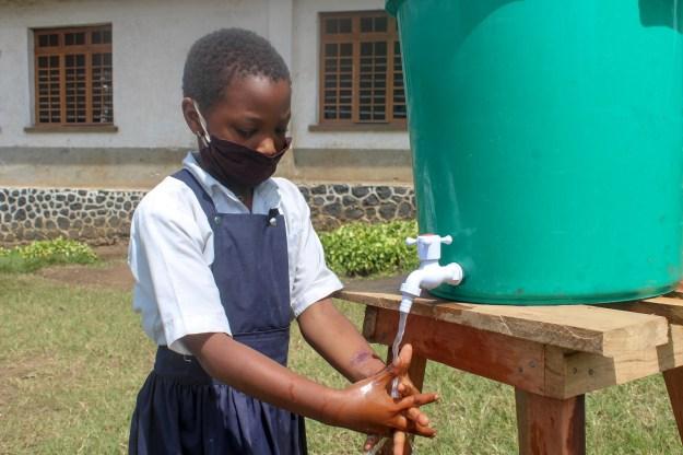 Je demande à tout le monde de se laver les mains pour éviter les maladies des mains sales en RDC.