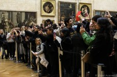 Crowding around the famous 'Mona Lisa.' © Violet Acevedo