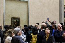 Masses gather to see the 'Mona Lisa.' © Violet Acevedo