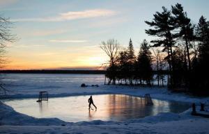 Pond Hockey auf einem Teich