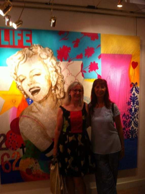 Carmen Casanova con una amiga posando delante del cuadro 'Marylin in Love 2' de la Exposición 'Glamourama' en la Galería Herráiz de Madrid
