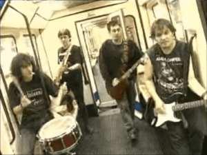 Porretas en Metro de Madrid   Fotograma del vídeo Pongamos que hablo de Madrid - Porretas   2008