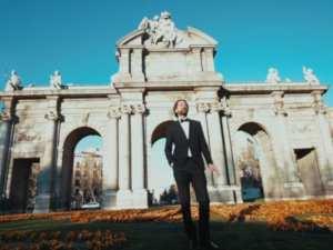 Aquí está Madrid   Kiko Barriuso y la RE Big Band   Fotograma del videoclip   Puerta de Alcalá de Madrid