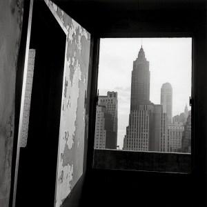 La destrucción del Bajo Manhattan de Danny Lyon   Museo ICO   'Vista hacia el sur desde el nº. 100 de la calle Gold' (1967)   © Danny Lyon / Magnum Photos