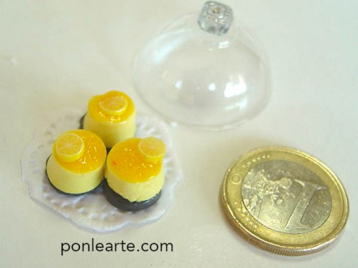 Dulces en miniatura facilísimos , masa de procelana un cortador redondo y la pintura gel que queda muy bien.