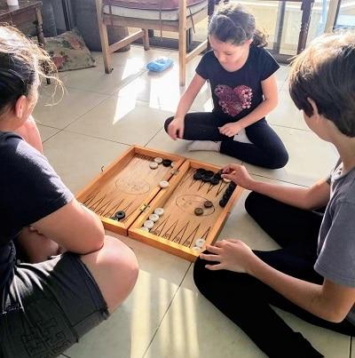 הפחתת זמן מסכים עם פעילויות חלופיות לילדים בבית