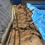 家の裏側にある法面の真下にあるU型排水溝を埋めるか活かすか?