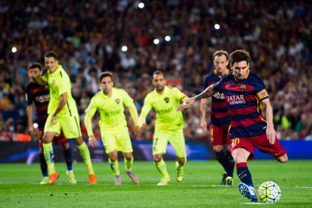 DP BBM Messi Menendang Bola