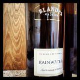 """Conta a lenda que, certa vez, um lote de vinho da Madeira tomou chuva e entrou água nos barris. Os portugueses decidiram enviar esse vinho """"estragado"""" para os Estados Unidos, onde ninguém entendia de vinho mesmo. No fim, o estilo fez o maior sucesso entre os americanos. Virou uma linha. O Blandy1s Rainwater é muito gostoso de fato. Um pouco menos alcoólico, ganha em frescor e não perde em aromas. Custa R$ 130, na Mistral."""