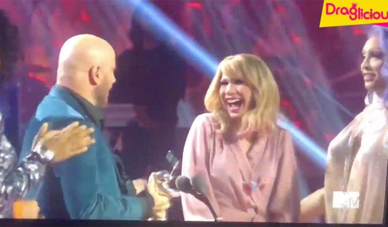 """John Travolta confunde Jade Jolie com Taylor Swift ao entregar o prêmio """"Vídeo do Ano"""" no VMA 2019"""