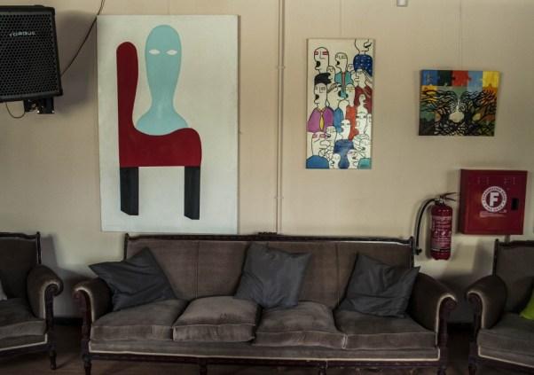 Τους τοίχους κοσμούν τα εξαιρετικά έργα του κωφού ζωγράφου και αριστούχου της ΑΣΚΤ Μανώλη Αντωνάκη. Στην πορεία οι πίνακες θα αντικατασταθούν από έργα άλλων καλλιτεχνών.