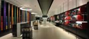 interior Nespresso como um espaço amplo, de linhas direitas e produtos dividios por cores