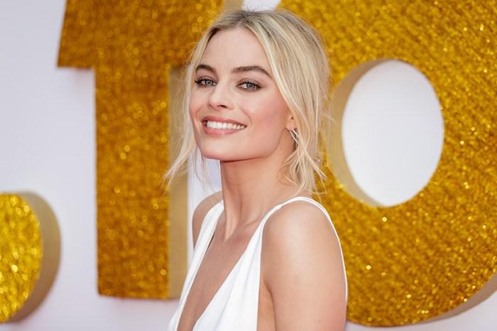 完美演繹「簡單就是美」!Margot Robbie 純白裙子造型仙氣十足!