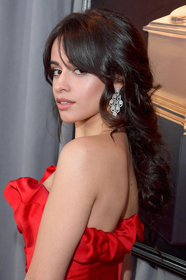今屆 Grammys 紅地氈上的女星 竟然都不約而同地塗上了這色系的唇膏