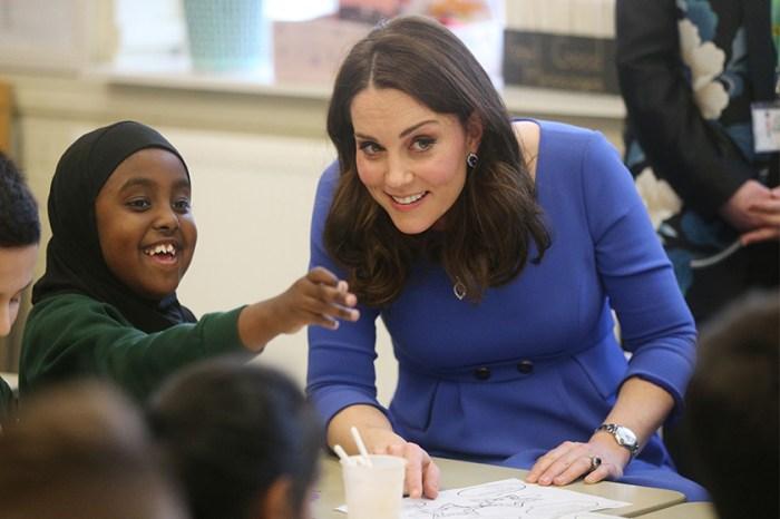 心動嗎?凱特皇妃穿著的寶藍色美裙,才不過 100 美元就能入手!