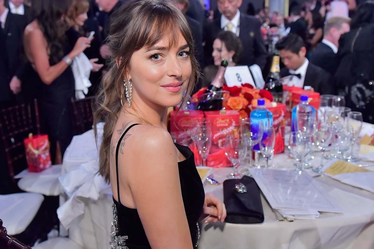 Jennifer Aniston 台上頒獎 Dakota Johnson 被抓包偷瞄台下 Angelina Jolie 的反應