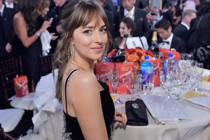 Jennifer Aniston 在台上頒獎,Dakota Johnson 被媒體捕捉到偷瞄 Angelina Jolie 的反應!