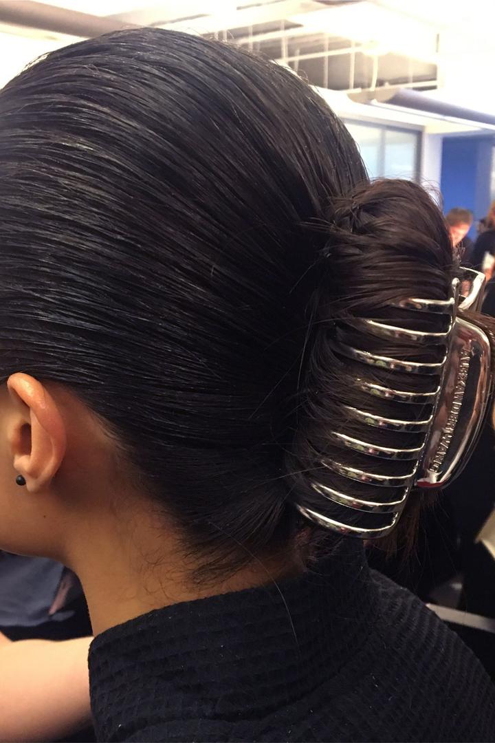 因為 Alexander Wang  老土的「鯊魚夾」即將成為 2018 最潮的髮飾