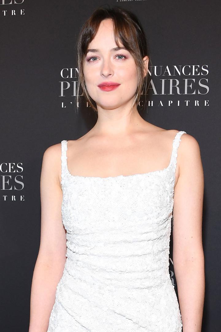 Dakota Johnson 在電影首映禮穿的一襲白色連身裙  將會是許多準新娘都追求的款式