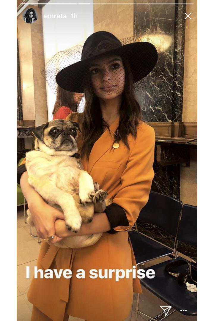名模  Emily Ratajkowski 閃婚了  沒有穿婚紗的她選擇了 Zara 的這套造型