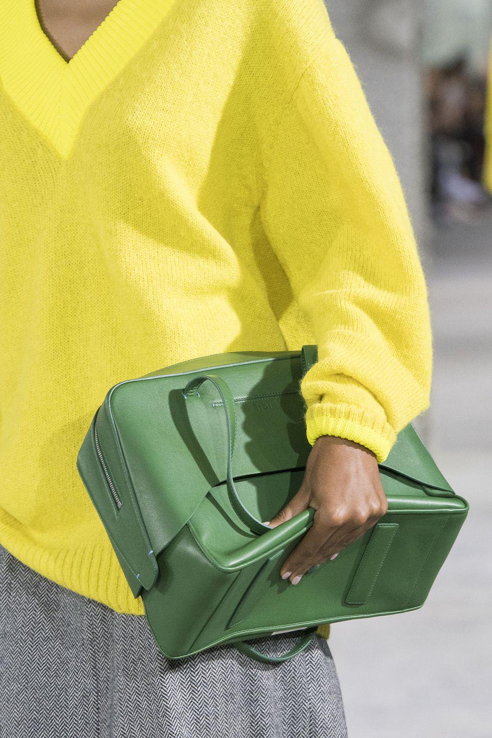 今年手袋趨勢看這 精選 2018 紐約時裝週 30 個最搶鏡手袋