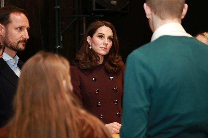 Kate Middleton 在室內也不能脫大衣,難怪別人都說英國皇室「守舊」⋯⋯