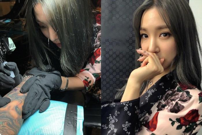 Tiffany 新頭銜是刺青師?紐約時裝週添「手指微刺青」之外,也幫人刺青!