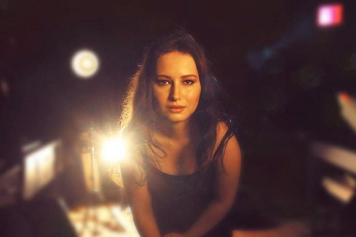 「我不是 Jennifer Lawrence!」明星臉女模 Alexia 的怒吼:「我根本不認為我長得像她…」