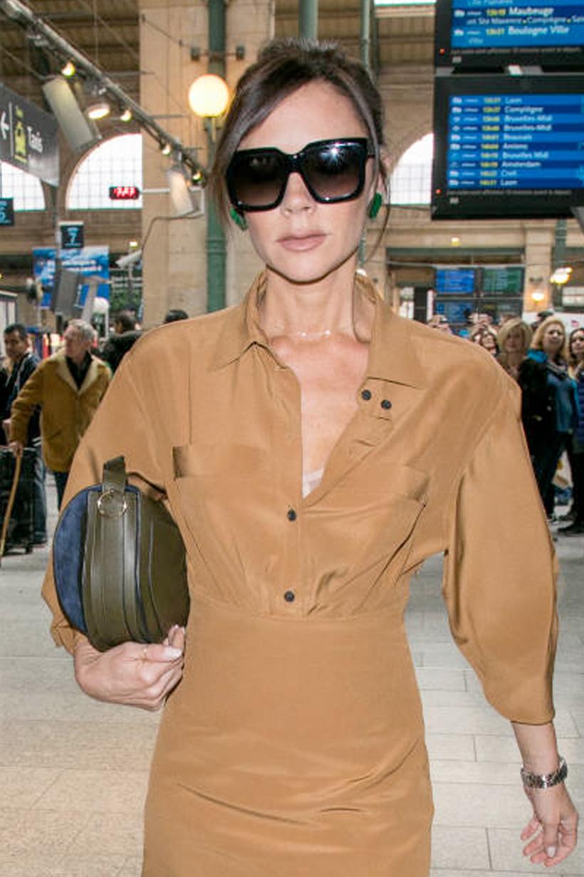 不愧是 Victoria Beckham 半月手袋除了肩背還有這種時髦拿法