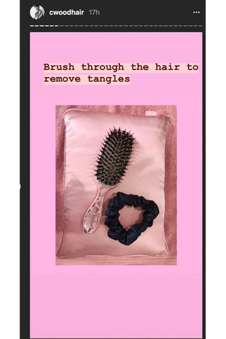 只做髮膜是不夠的  Emily Ratajkowski 髮型師的這套睡前頭髮保養術才順滑秀髮的秘密