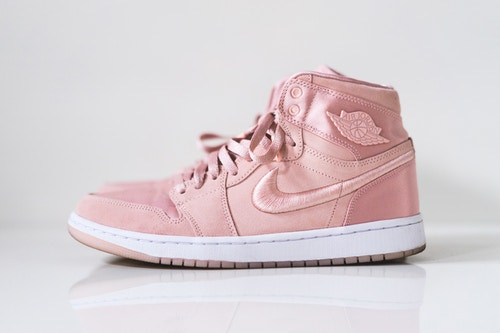這粉嫩的配色誰能夠抵抗?!這對女生專屬的 Air Jordan 1 讓人少女心爆發!
