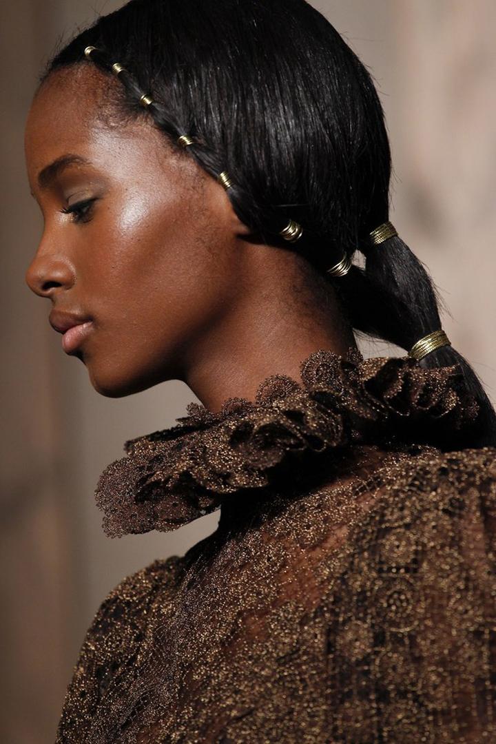 #PFW  看過了 Valentino 這些別緻的髮飾  你還可以把目光從模特兒的頭上移開嗎