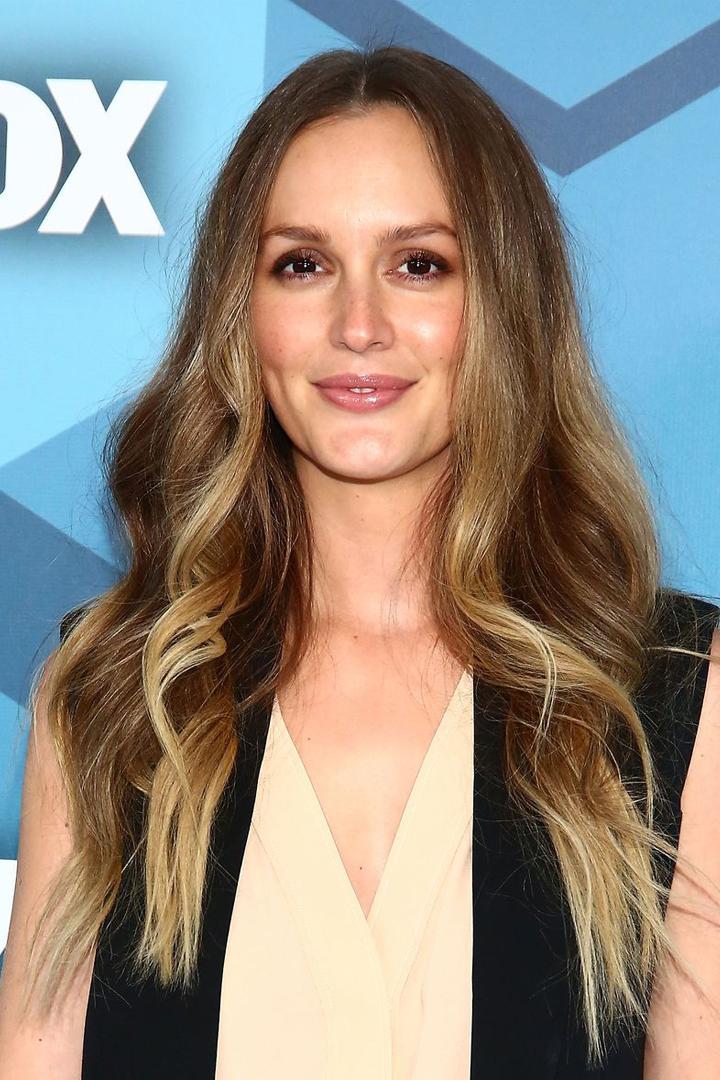 從頭戴髮箍的 Blair 到染了白金髮色的潮媽  Leighton Meester 的髮型是這樣演變過來的