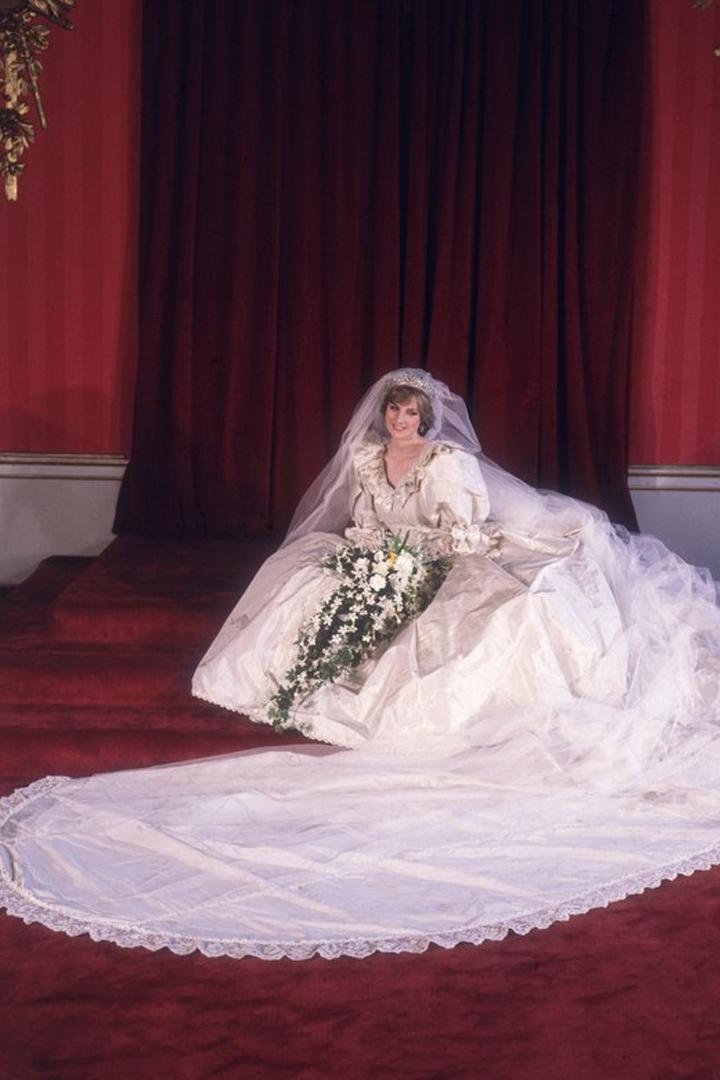 皇室婚禮的婚紗都長這樣!看看這 30 件來自各國公主、王妃、皇后的婚紗,會顛覆你的想象!