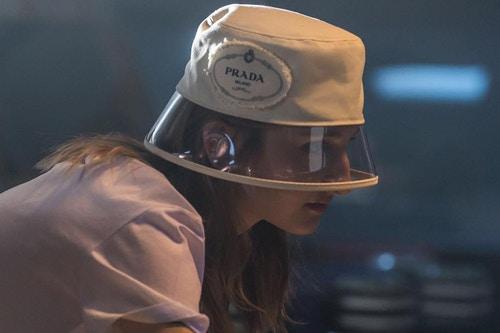 今年夏季必定是透明的天下吧?連 Prada 也要來推出一款塑膠帽子!