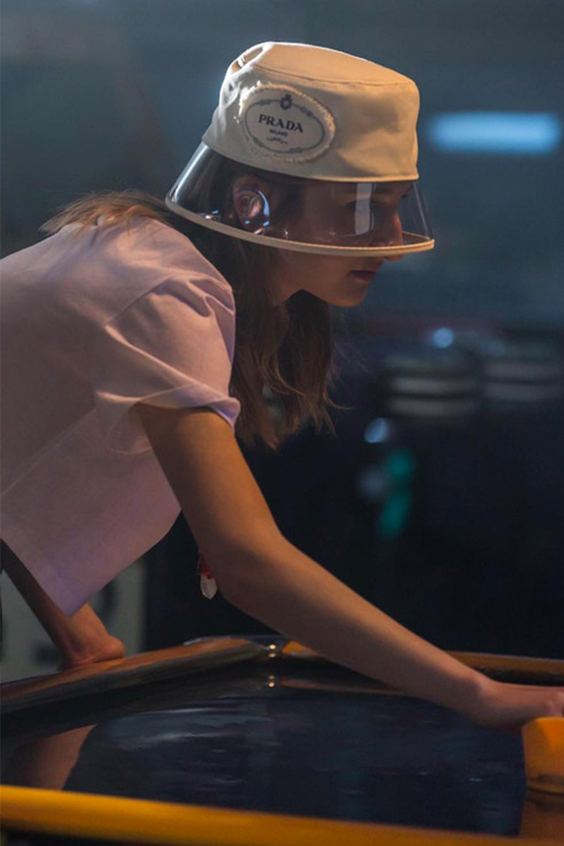 Prada 也要來推出一款塑膠帽子!今年夏季必定是透明的天下吧?