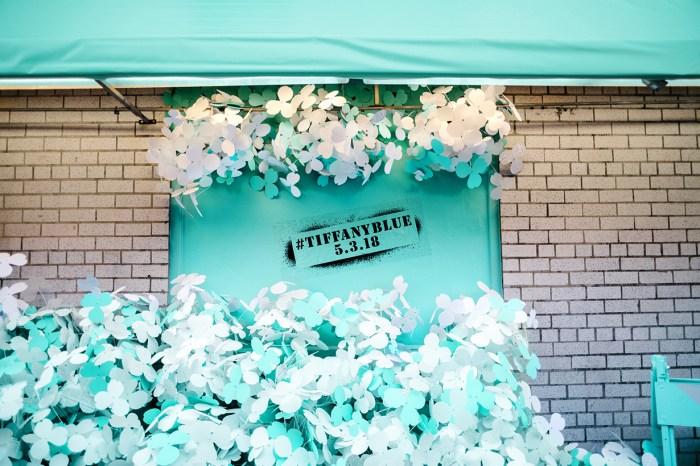 Tiffany & Co. 慶全新「Paper Flowers」系列將面世,以經典 Tiffany Blue 為紐約街頭「染色」!