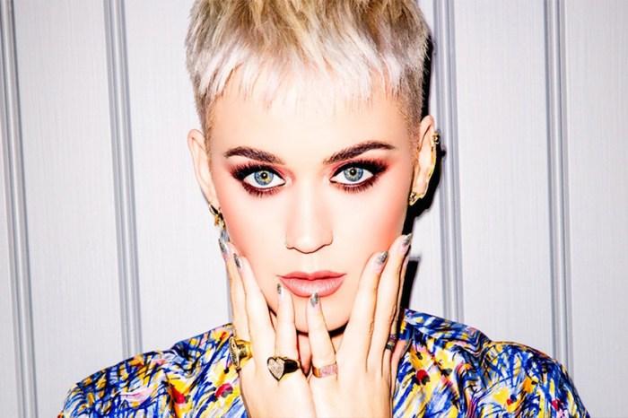 大庭廣眾敷面膜不是范冰冰的專利,因為 Katy Perry 與母親竟也這樣做?