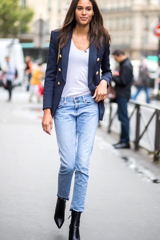 white t shirt summer street style layering tips
