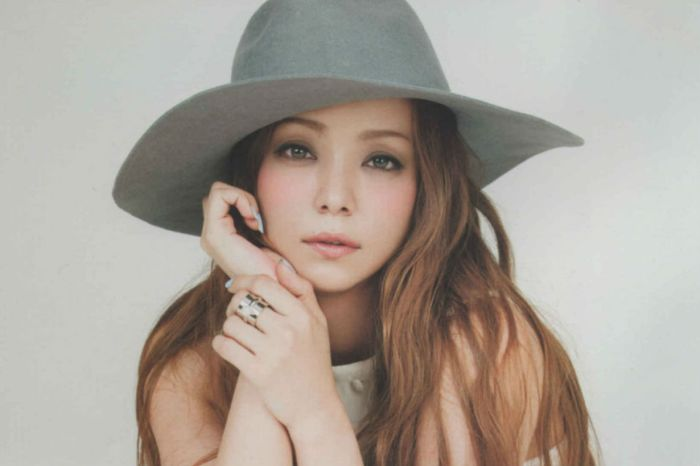 重現 20 年前稚嫩模樣!安室奈美惠穿 Louis Vuitton 最新透視裝登上《NYLON》!