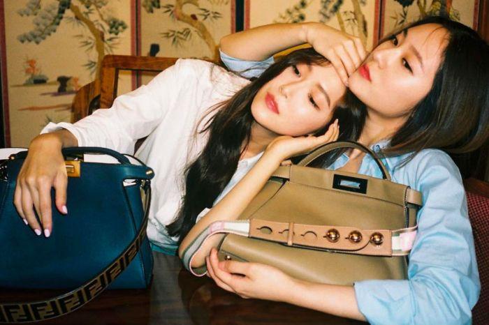 姊妹私下最自然的一面!Jessica 與 Krystal 合體入鏡 Fendi 最新廣告影片