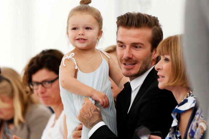 David Beckham 親自幫小哈七剪頭髮,表情看起來卻不是很開心?