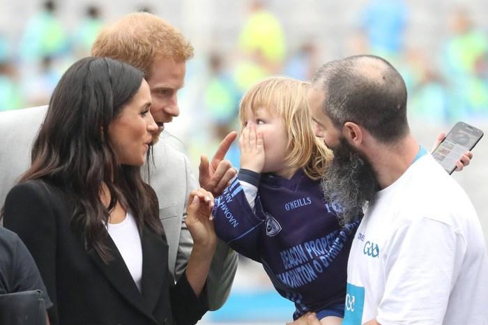 這個小孩犯禁觸碰了 Meghan Markle 的頭髮,哈里王子的反應是…