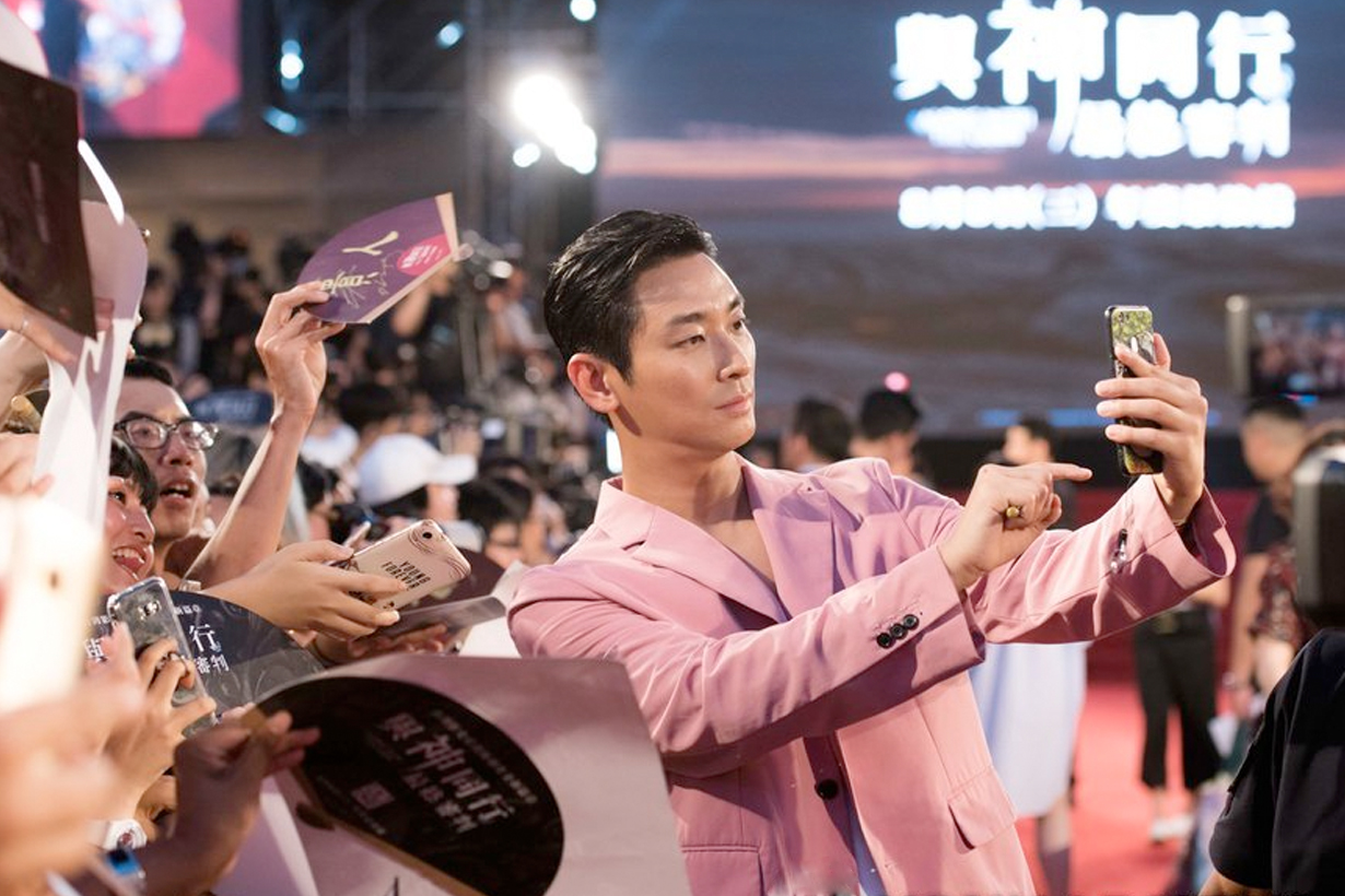 Along with the Gods The Last 49 Days Ju Ji-hoon red carpet hand fan