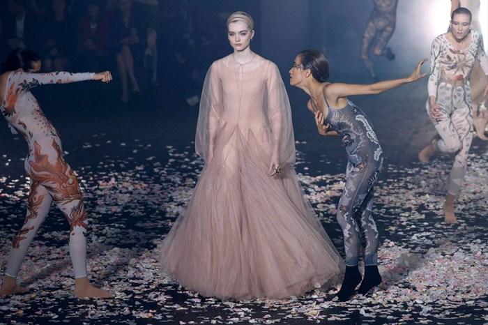 #PFW:Dior 首秀將飄逸薄紗與舞蹈共演,伸展台落下片片花瓣仙氣逼人!