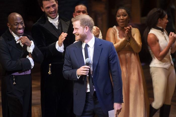 你沒有聽錯!哈里王子竟然在台上大開金口唱歌,短片瞬間吸引 70 萬點擊!