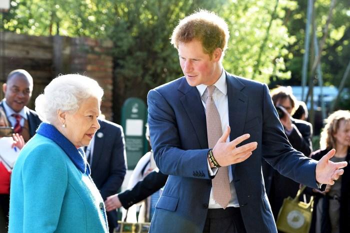 哈里王子透露當在白金漢宮的走廊遇見英女王,每位皇室成員都會慌張起來!