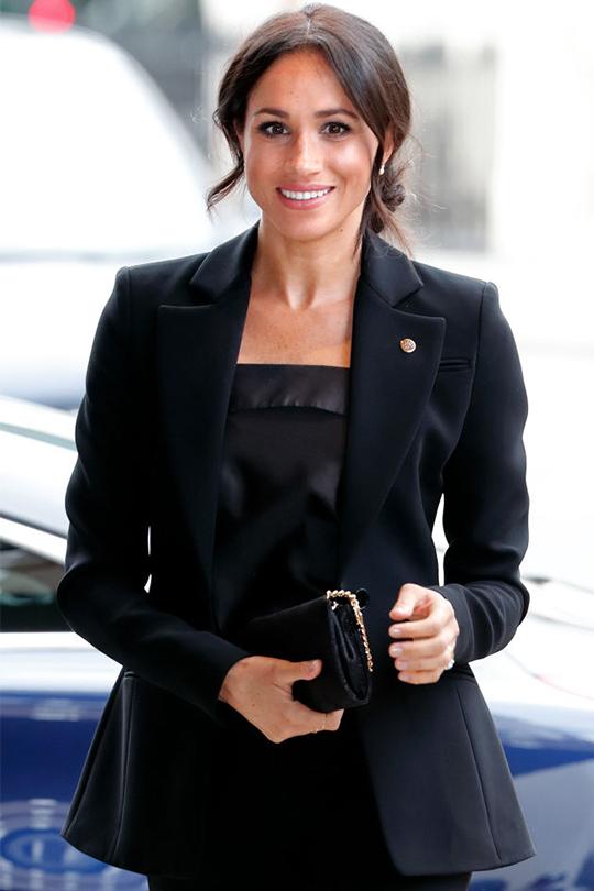 梅根打破皇室規條:為什麼她堅持要穿黑色衣物