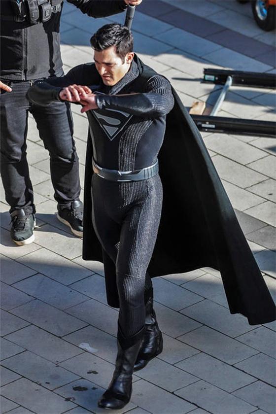 DC superman black suit tyler hoechlin