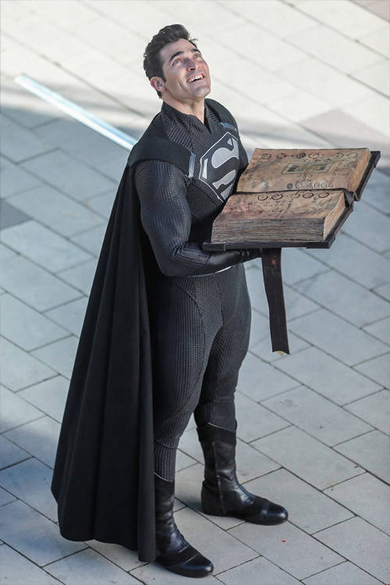 DC superman black suit tyler hoechlin